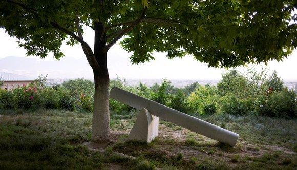 Giuseppe Penones Radici di pietra (2012) Bagh-e Babur Park; Foto: Roman Mensing, art-magazin.de