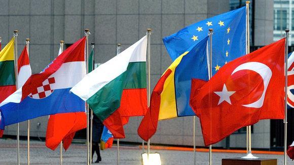 fahnen der EU-Staaten und der Türkei; Foto: dpa