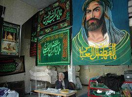 In diesem Laden werden verschiedene Banner für die Aschura-Rituale gefertigt und verkauft; Foto: Roshanak Zangeneh/DW