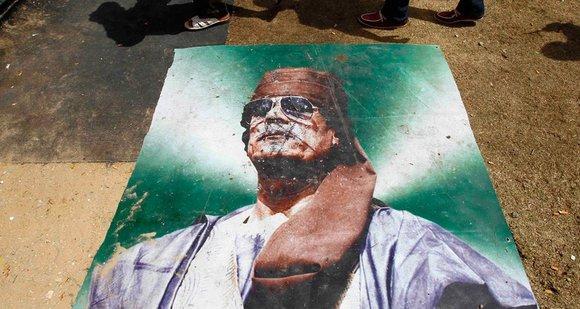 Poster mit dem Abbild Gaddafis am Boden; Foto: dapd