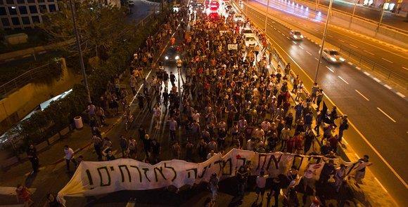 """Protestzug mit einem Transparent: """"Das Land den Bürgern zurückgeben.""""; Foto: Reuters"""
