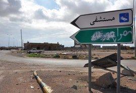 Hinweisschild auf ein Krankenhaus an einer Kreuzung bei Tawergha; Foto: AP