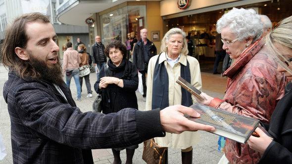 Salafist verteilt kostenlose Koran-Ausgaben in Wuppertal; Foto: picture-alliance/dpa