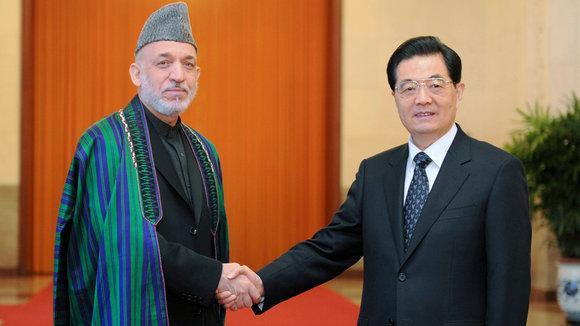 Der afghanische Präsident Hamid Karzai (l.) und der chinesische Präsident Hu Jintao in Peking; Foto: picture-alliance
