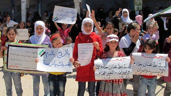 Mädchen in Idlib demonstrieren gegen die Assad-Diktatur; Foto: REUTERS