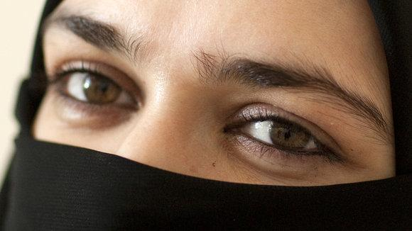 Eine verschleierte Frau in Saudi Arabien; Foto: picture-alliance/dpa