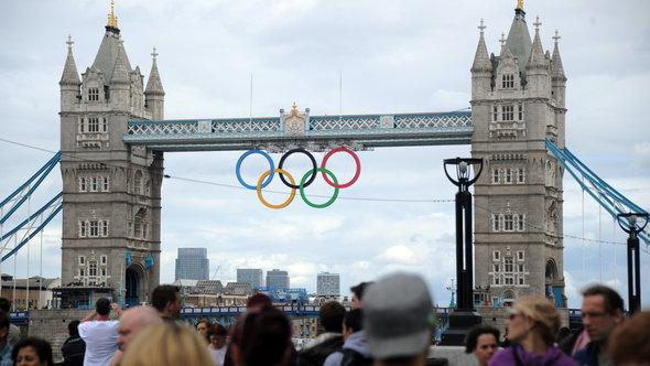 The Olympic rings hanging from Tower Bridge in London (photo: Alexey Filippov/RIA Novosti)