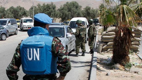 Ein Mitglied der UN-Beobachtermission in der Nähe von Damaskus; Foto: Reuters