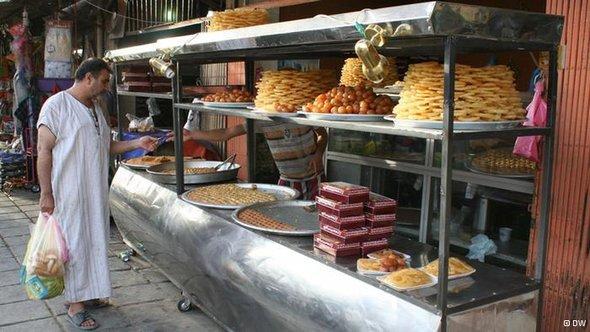 Iraker beim Einkaufen von den obligatorischen Süßigkeiten; Foto: DW/Munaf al-Saidy