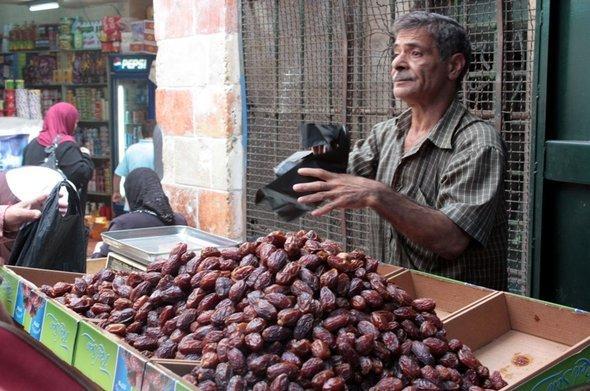 Dattelverkäufer im Ramadan; Foto: Annett Hellwig