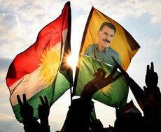 PKK-Fahnen mit Bild von PKK-Führer Abdullah Öcalan; Foto: dpa