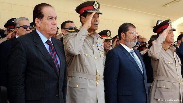 Egyptian President Mohammed Mursi (second from right) and Field Marshal Hussein Tantawi (second from left) at a military parade (photo: dpa)
