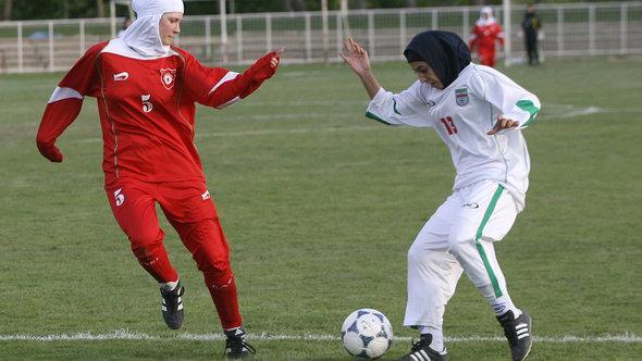 Muslimische Fußballspielerinnen mit Hijab;Foto: picture-alliance/dpa