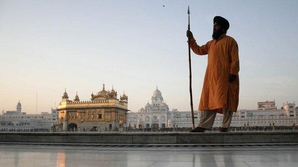 Ein Sikh steht vor dem goldenen Tempel Amritsar; Foto: AP
