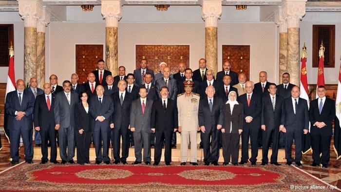 Das ägyptische Kabinett: Anfang August erst vereidigt, mussten inzwischen schon zwei Minister der neuen Regierung gehen; Foto: picture-alliance