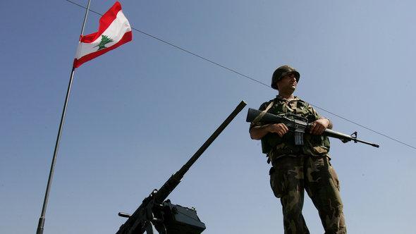 Ein Soldat an einem Grenzposten zwischen Syrien und dem Libanon, Foto:AP