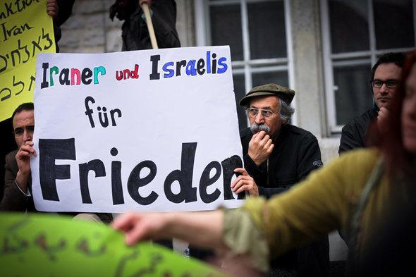 Demonstrant hält Plakat für den Frieden; Foto: Jakob Huber