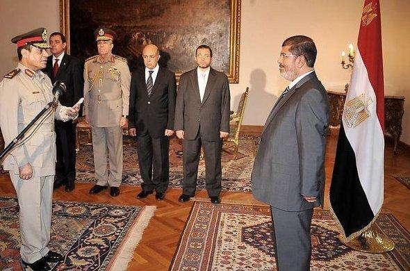 Der neue Verteidigungsminister Abdel Fatah al-Sisi (l.) wird im Präsidentenpalast in Kairo von Präsident Mursi vereidigt; Foto: dpa