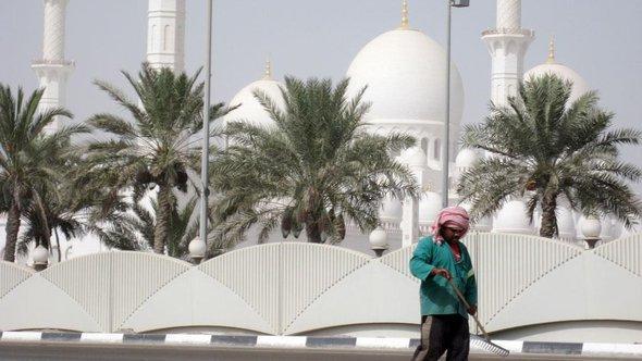 Ägyptischer Gastarbeiter vor der Scheich Said Moschee in Abu Dhabi; Foto: dpa