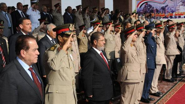 The Egyptian president Mursi together with representatives of the Military Council in Cairo (photo: Reuters)