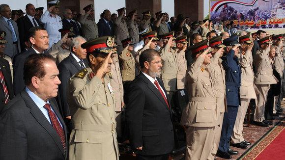 Ägyptens Präsident Mursi und Vertreter des Obersten Militärrates in Kairo; Foto: Reuters