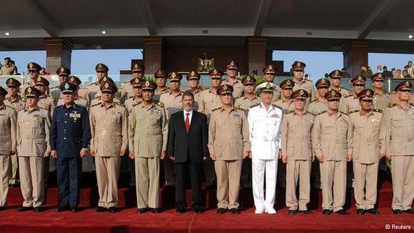 الرئيس المصري المنتخب ديمقراطيا مرسي مع الجيش المصري ن الصورة رويترز