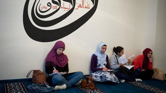 Young Muslim women at Berlin's Sehitlik Mosque (photo: dpa)
