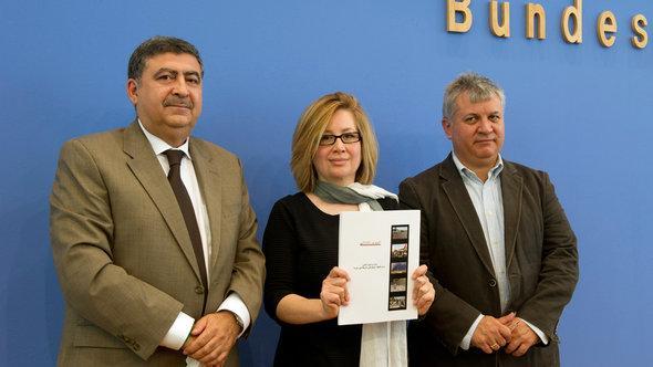 Die syrischen Oppositionellen Murhaf Jouejati, Afra Jalabi und Amr al-Azm in Berlin, Foto: dpa