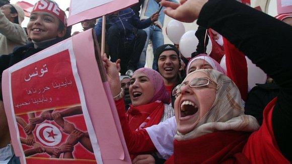 Tunesier begehen den ersten Jahrestag der Revolution in der Habib Bourguiba Avenue in Tunis, Foto: dpa
