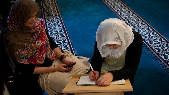 Besucherinnen der Sehitlik-Moschee in Berlin; Foto: dapd