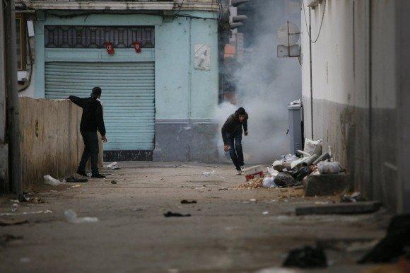 Jugendliche in einem Vorort von Tunis; Foto: dpa