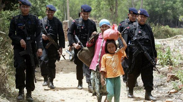 Schiiten in Sampang auf der Flucht; Foto: picture-alliance/dpa
