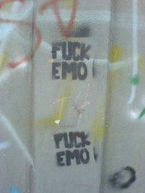 Graffiti gegen Emos; Foto: Gabriel Flores Romero/wikipedia