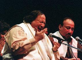 Nusrat Fateh Ali Khan während eines Konzerts, Foto: AP
