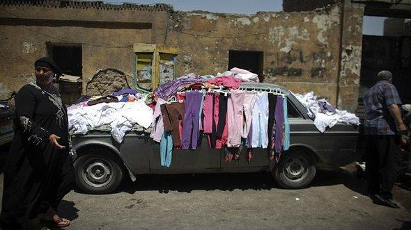 Verkaufsstand an einem Auto in Bulak; Foto: AP