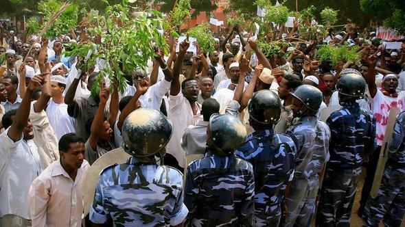Demonstranten vor der deutschen Botschaft in Khartum; Foto: Getty Images
