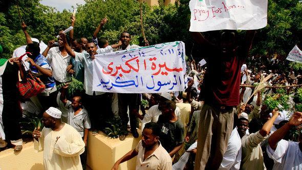 Proteste vor der deutschen Botschaft in Khartum; Foto: AFP/Getty Images