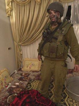 Israelischer Soldat in palästinensischem Wohnzimmer - Ausstellungsbild; © Breaking the Silence