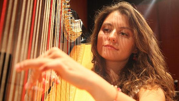 Harfespielerin Emel Celik; Foto: Onur Sezer