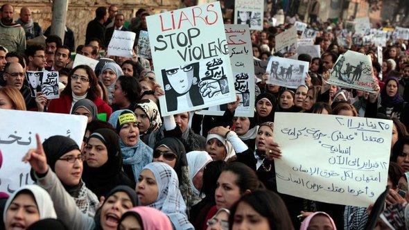 Frauendemonstration in Kairom gegen Polizeigewalt; Foto: dapd