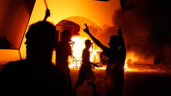 Bewaffnete Libyer stürmen das Islamistencamp der Ansar al-Scharia in Bengasi; Foto: Reuters