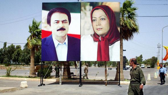 Stellwand mit dem Bild von Maryam und Massud Rajavi im Camp Ashraf, Foto: AFP/Getty Images