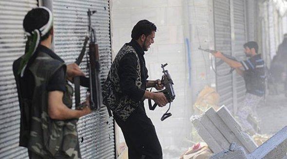 "Militiamen of the ""Free Syrian Army"" during urban warfare in Aleppo (photo: AP)"