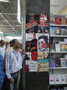 Stand mit Biographien internationaler Politiker auf der Buchmesse in Algier; Foto: Martina Sabra