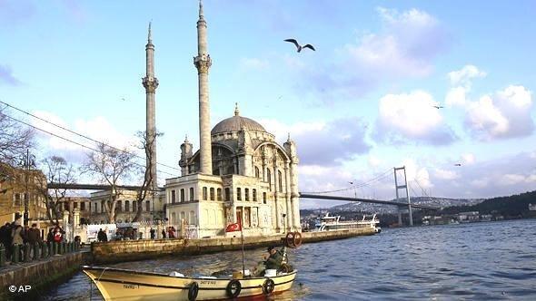 Örtakoy-Moschee und die Bosporus-Brücke in Istanbul; Foto: AP