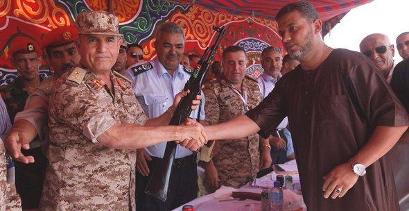 Abgabe von Waffen an die libysche Armee in Bengazi im September 2012; Foto: Reuters