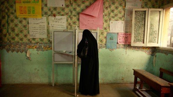 Ägypterin bei der Stimmabgabe in einem Wahllokal in Kairo, Foto: Reuters/Suhaib Salem