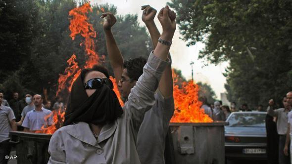 Proteste im Sommer 2009 gegen die mutmaßliche Wahlfälschung Ahmadinedschads; Foto: AP