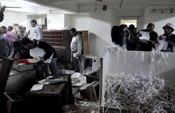 Stürmung der Geheimdienstzentrale in Alexandria; Foto: AP