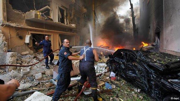 Beiruter Feuerwehrleute versuchen verzweifelt der zahlreichen Autobrände Herr zu werden; Foto: dapd